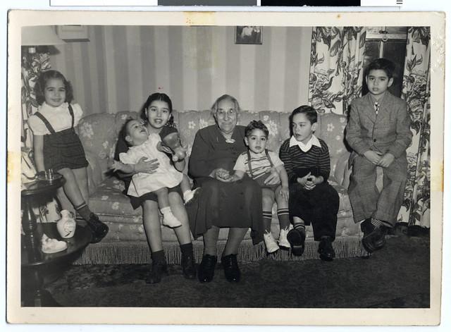 Jenny Smith med barnbarn i en soffa