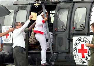 Piedad Córdoba sube al helicóptero