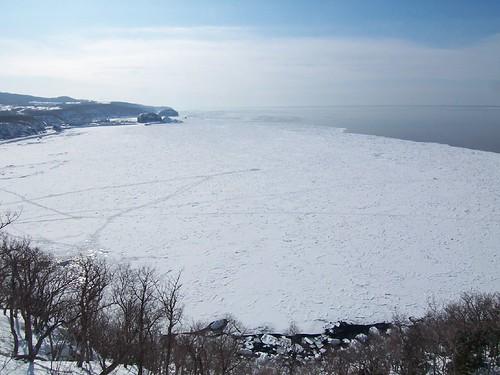 プユニ岬から流氷で覆われたウトロ港方面(知床) Shiretoko, Winter