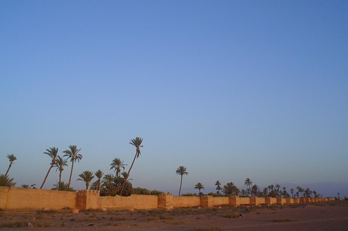 Photo des murs de protection de Marrakech et l'Atlas, au Maroc