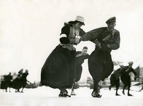 Schaatsen in klederdracht / Skating in traditional costume