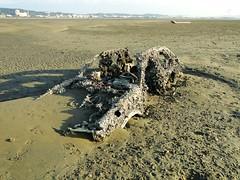 被掩埋在沙灘裡的的汽車