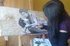 Sonia trabaja en uno de sus cuadros en su estudio de Vigo. / Jose Alve