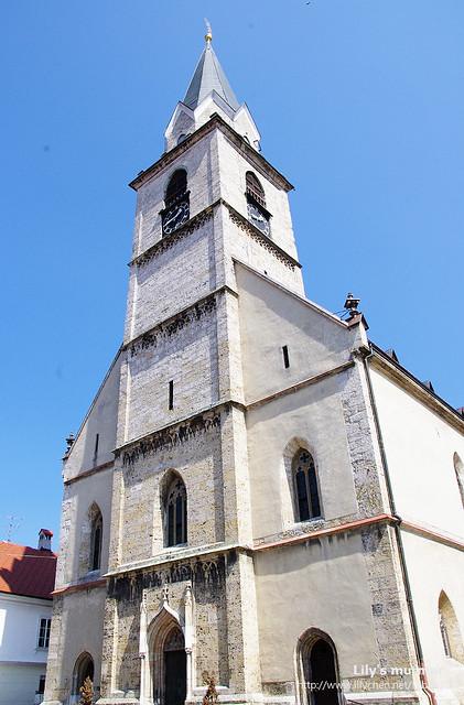 這座教堂真的很高啊,站在底下抬頭往上望,覺得自己真的很渺小,站在幾百年古蹟之下,好像世間事其實都不需要怎麼計較的,因為太小了。