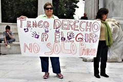 mujer con pancarta tengo derecho a elegir no solo parir