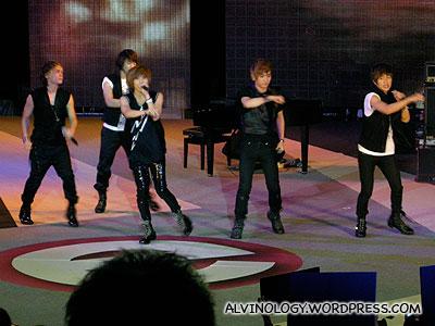 Shinee dancing