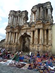 Souvenirmarkt vor barocker Kirchenruine, Antigua