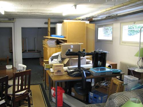 Le dépôt de meubles au milieu de la pièce