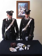 I Carabinieri mostrano la droga sequestrata