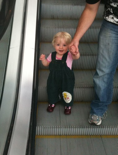 Alice rides the escalator