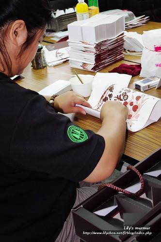 正在摺紙盒的女性村民朋友。