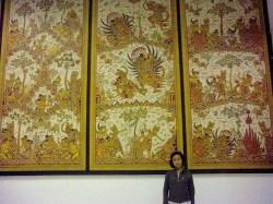 Nunik Di Depan Dinding Wayang
