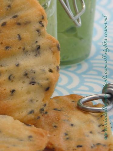 Mousse di broccoli alle mandorle con acciughe e tegoline al sesamo nero