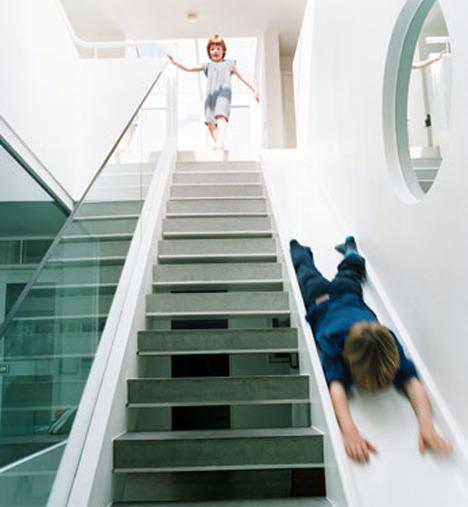 escada e crianças