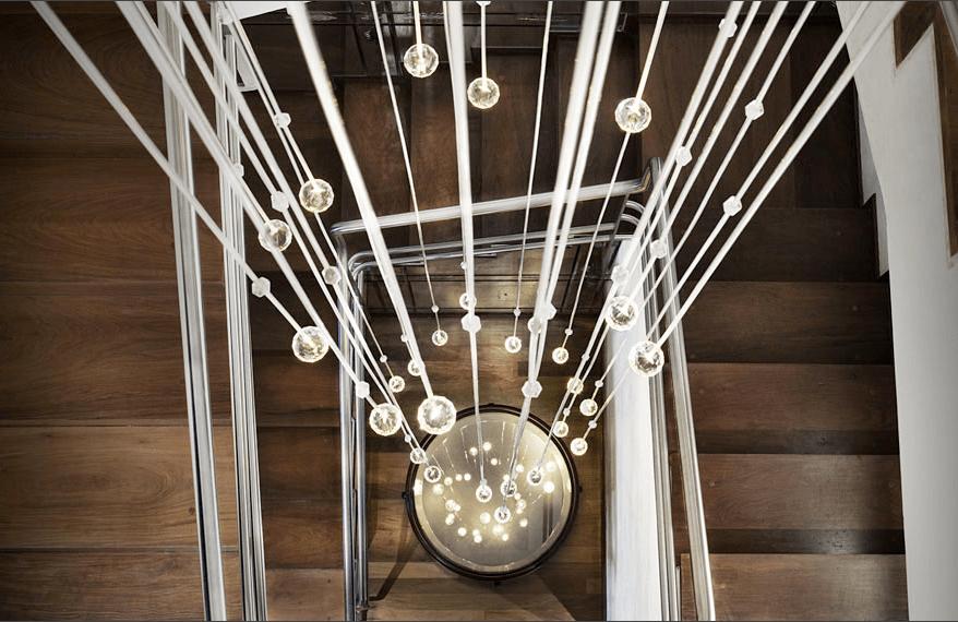 luminaria pendente no vao da escada