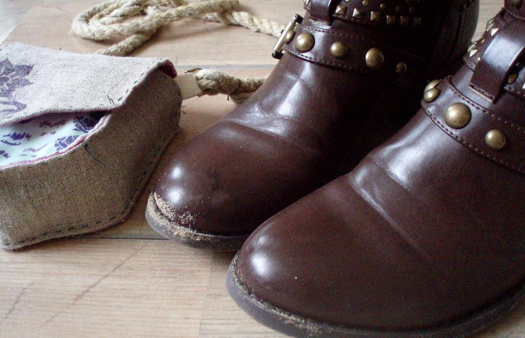 sandy boots, hara handbag