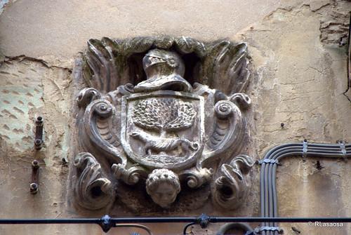 Escudo de armas de los Laortiga, situado en la calle Curia.