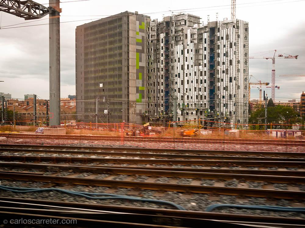 Edificio y vías