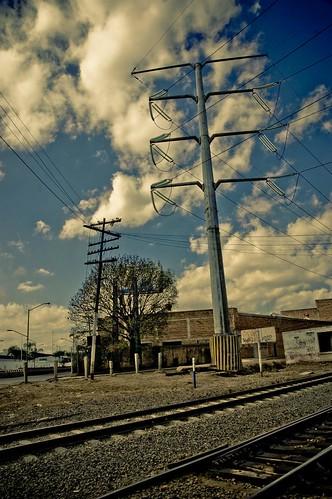 Vias del tren y poste de alta tencion