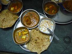 Mutter Paneer, Veg. Kofta, Bundi Raita mit stuffed Paratha