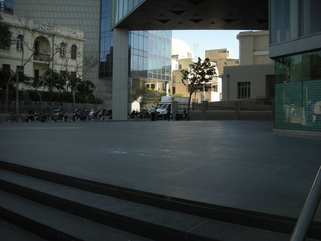 הכיכר הנטושה של הבנק הבינלאומי