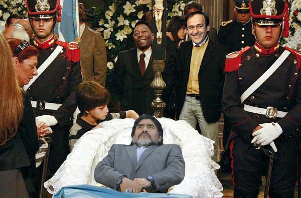 Maradona tocandose