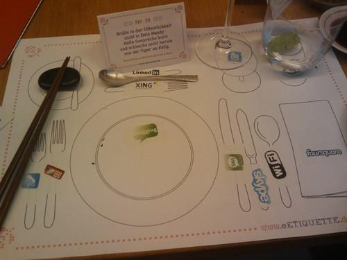 Ist die Anordnung eines Dinnertables vergleichbar mit unserem  Telekommunikationsverhalten? #101eE