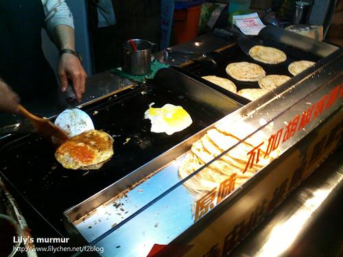 尼愛吃新埔捷運站出口附近的咖哩口味蔥抓餅,還要加蛋。