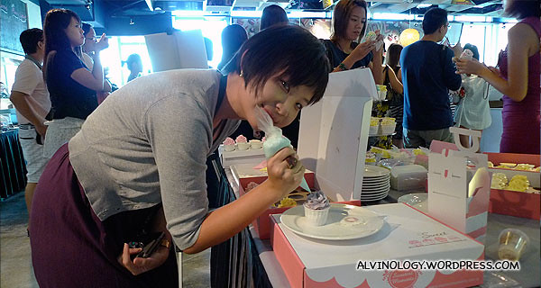Han Joo making her cupcake to take home