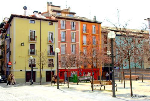 Edificios de viviendas en la calle Bajada de Javier de Pamplona, dando frente a la Plaza Compañía.