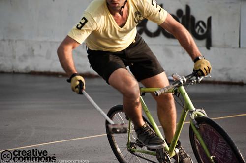 jugando bike polo