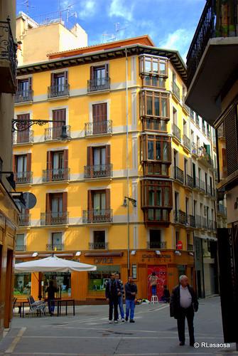 Edificio de viviendas en la confluencia de la Plaza Consistorial con la calle Calceteros