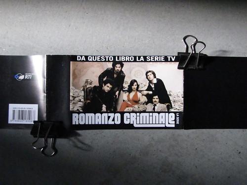 Romanzo criminale, di Giancarlo De Cataldo, Einaudi 2010: bandella pubblicitaria [2010] (part.)