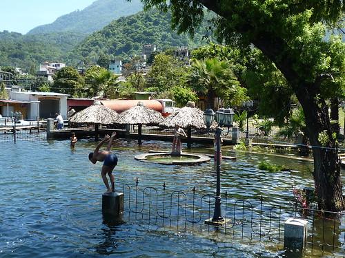 Ueberfluteter Bootsanleger wird zum Schwimmbad, Santiago de Atitlan