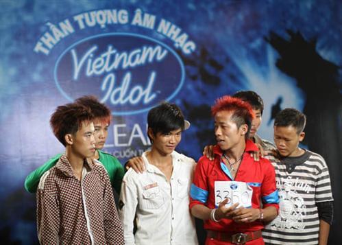 large_200810014521_Thái Tiến Định 27t, anh cả của nhóm bán kẹo kéo đi thi Idol Vietnam , cả nhóm bỏ bán để cổ động 3