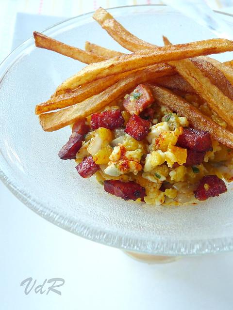 Verrine di tartare di peperoni gialli, salamino e......patatine