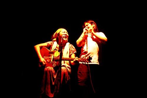 巴奈與女兒-歡唱