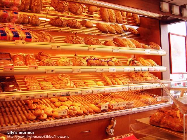 ANKER麵包店內陳列,麵包下方有價格牌標示。