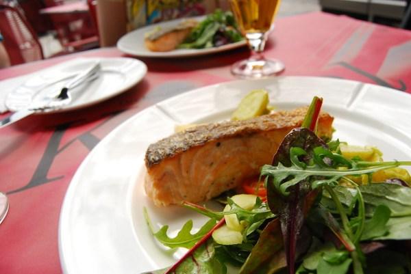 Salmón y ensalada del Ofelia Restaurant