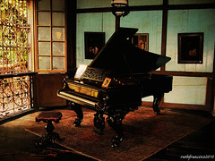 Balay Negrense: Grand piano