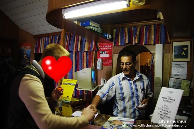 Hostel老闆與堅決不露臉的尼,尼正在幫我登錄資料。