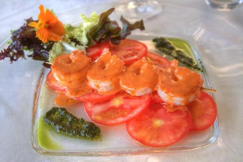 Gamberi fritti su carpaccio di pomodori freschi con pesto al basilico