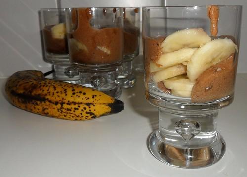 Chocomousse met bananenschijfjes
