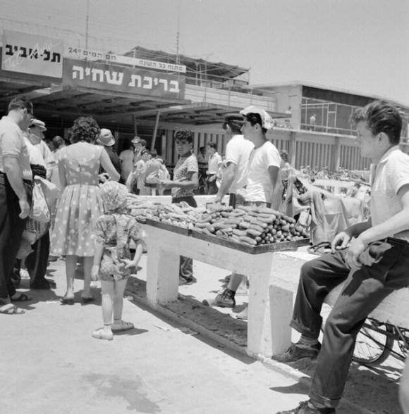 Verkoop van etenswaren bij het strand van Tel Aviv / Selling food on Tel Aviv beach