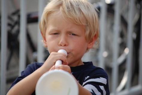 Rune met vuvuzela op de fandag FCB