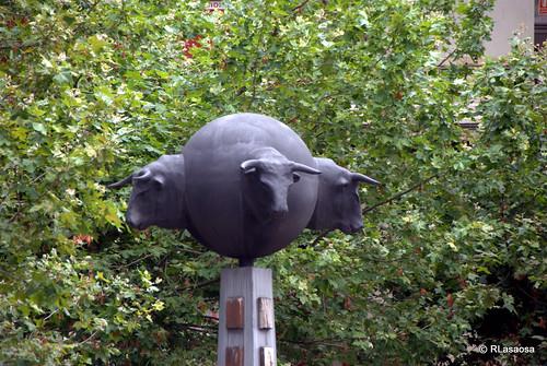 Monumento al Toro, en la plaza de la Plaza de Toros.