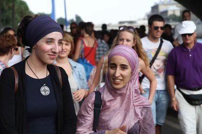 10g24 Jornada veraniega Paris plage y varios069 Joven musulmana y amiga
