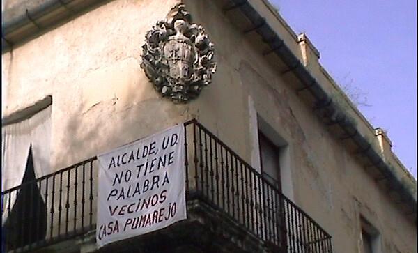 Una pancarta expuesta por los vecinos de la Casa Palacio del Pumarejo. La lucha entre éstos y el Ayuntamiento de Sevilla es constante, debido al compromiso de rehabilitación que el Gobierno local tiene para con el Palacio y sus inquilinos.
