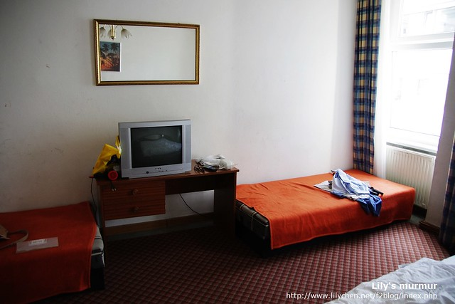 Birg-Cyrus 21號房內一景,有小桌子小電視,還有兩張單人床。