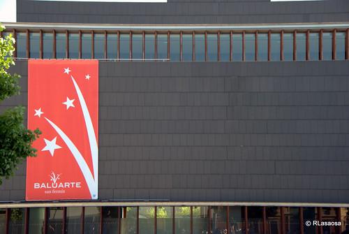 Vista parcial de Baluarte, Palacio de Congresos de Navarra, desde la Plaza del Baluarte durante los Sanfermines 2010
